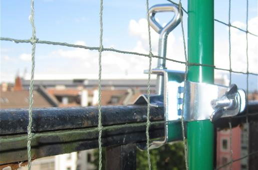 Comment fixer filet protection pour chat rev tements modernes du toit - Comment fixer canisse balcon ...